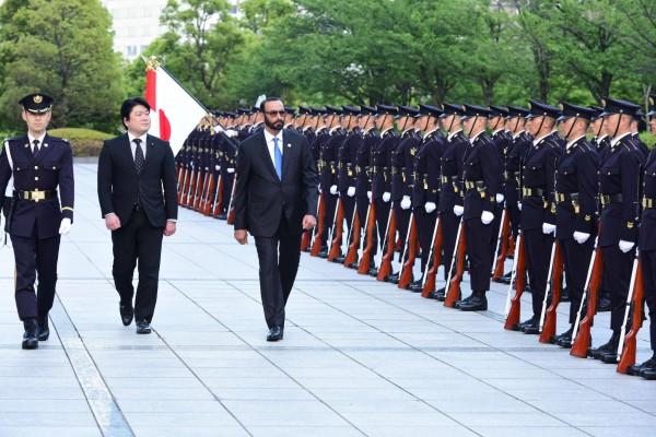 البواردي يبحث التعاون الدفاعي مع اليابان