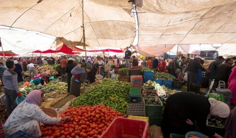 مواطنون مغاربة يشترون الخضار والفواكه