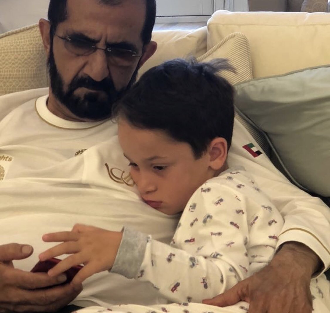 الشيخ محمد بن راشد آل مكتوم مع أحد أبنائه