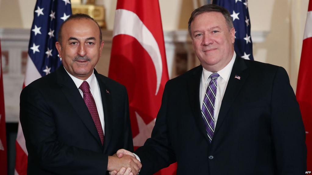 وزير الخارجية الأمريكي مايك بومبيو ونظيره التركي مولود تشاووش أوغلو