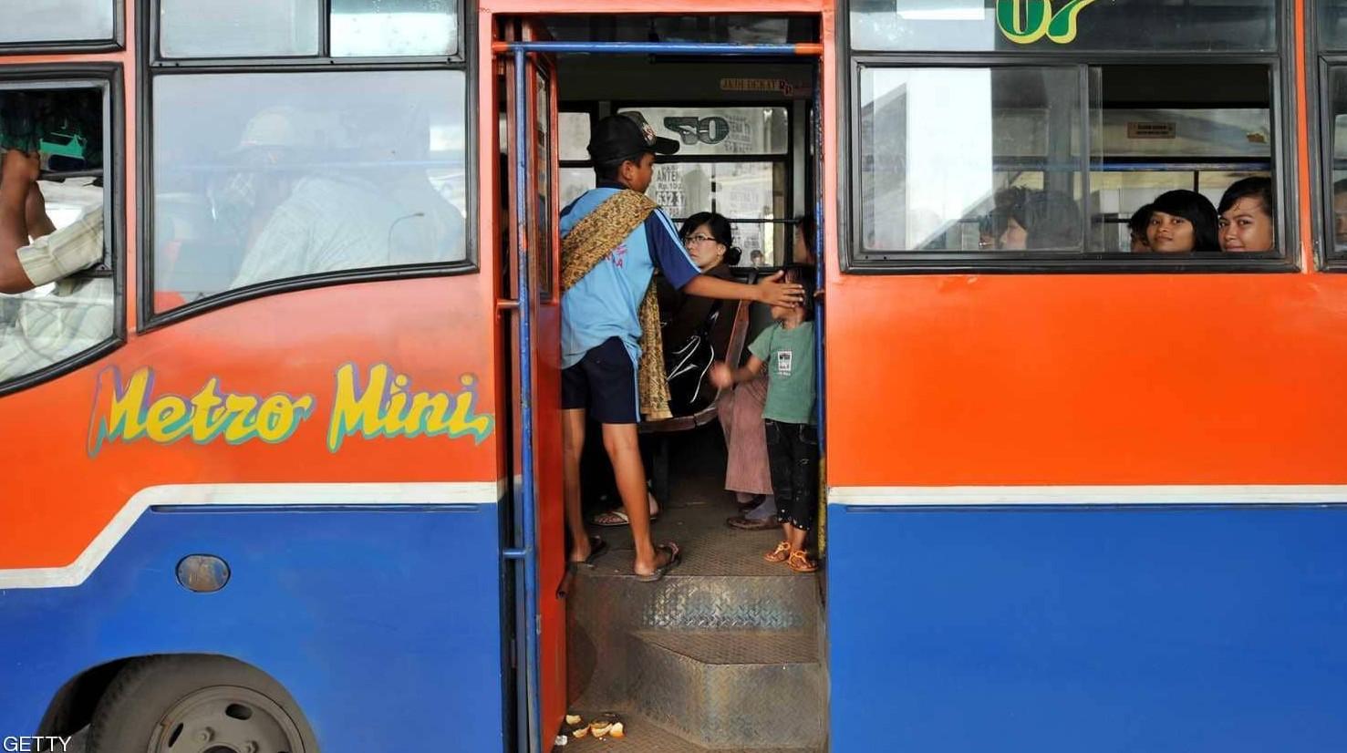 إندونيسيا تبتكر أغرب طريقة لدفع تذاكر الحافلات