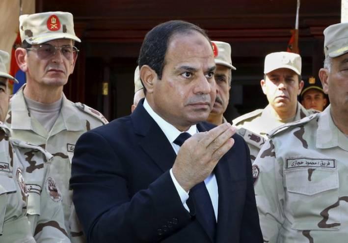 الرئيس المصري عبد الفتاح السيسي برفقة عسكريين من الجيش