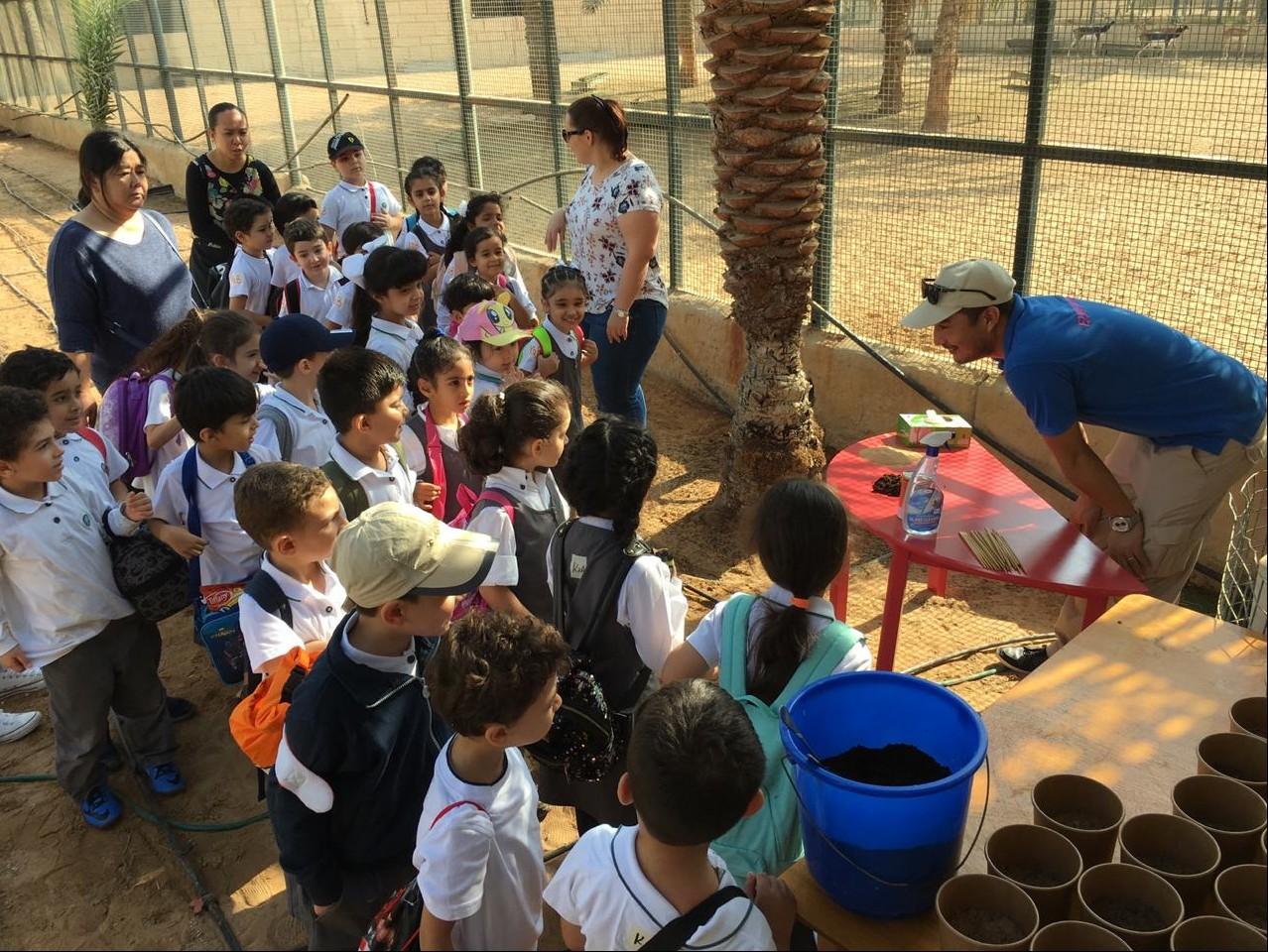 حديقة الإمارات للحيوانات برنامجاً تثقيفياً للأطفال حول الزراعة