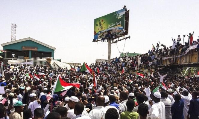 جانب من اعتصام السودانيين أمام مقر الدفاع