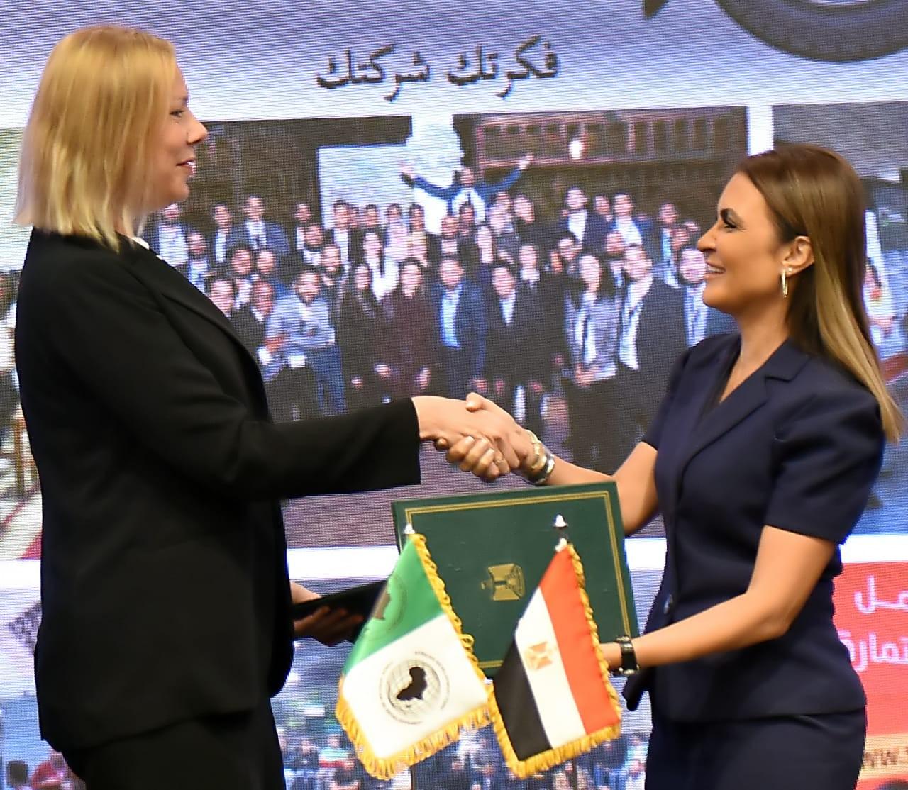 وزيرة الاستثمار المصرية اثناء توقيع اتفاقية مع البنك الافريقي للتنمية