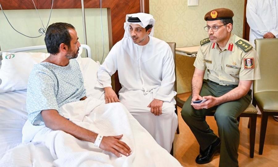 منصور بن زايد يزور المصابين