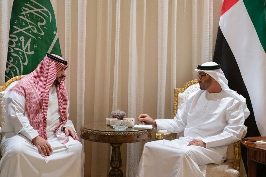 محمد بن زايد يستقبل الأمير خالد بن سلمان