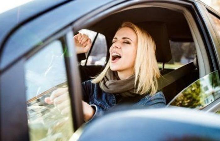 الغناء أثناء قيادة السيارات