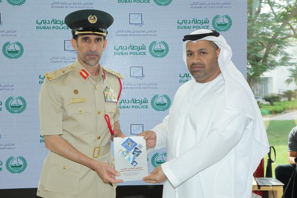 أثناء إهداءه لسعادة قائد عام شرطة دبي كتاب التحقيق الجنائي الحديث