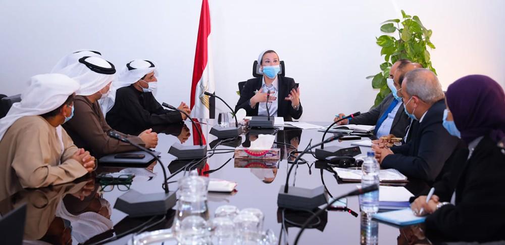 وزيرة البيئة المصرية خلال اجتماعها بمسؤولي شركة بيئة الإماراتية