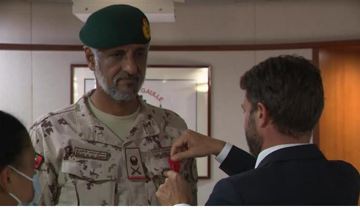 منح وسام لقائد العمليات المشتركة