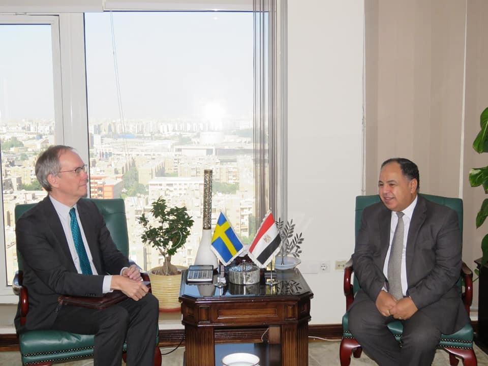 وزير المالية والسفير السويدي