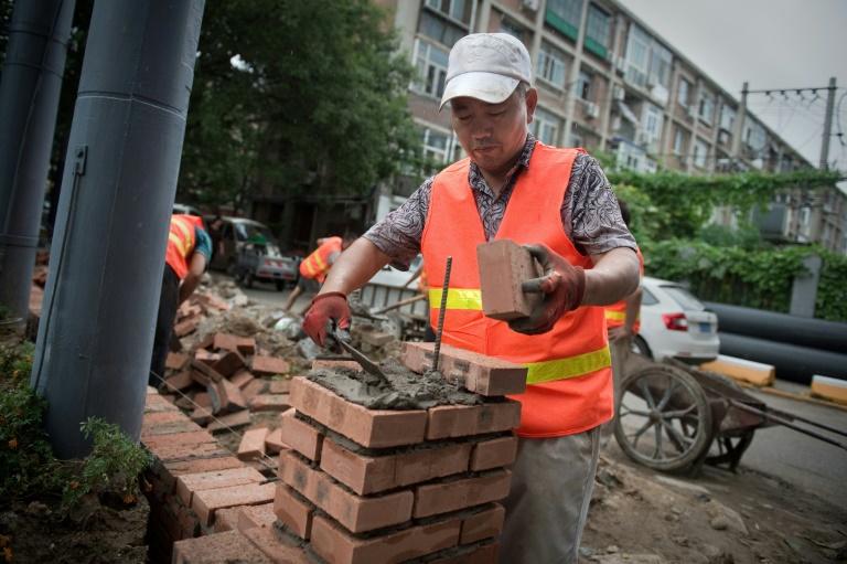 عامل بناء خارج مجمع في بكين