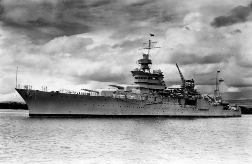 السفينة الحربية إنديانابوليس في بيرل هاربور في هاواي في صورة حصلت عليها رويترز من قيادة تاريخ البحرية والتراث