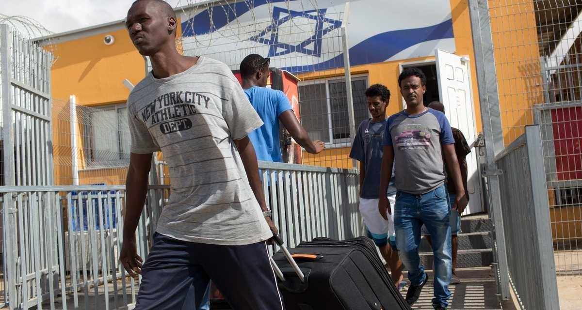 مهاجرون أفارقة يغادرون مركز احتجاز في صحراء النقب