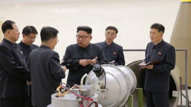 كيم جونغ أون يتفقد جهازا وصفته وكالة بأنه قنبلة هيدروجينية