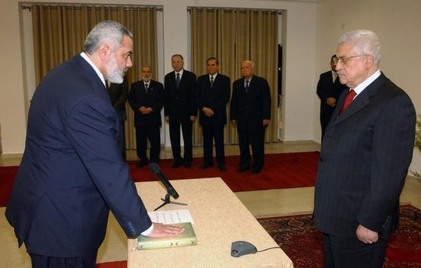 اسماعيل هنية لدى أداء القسم كرئيس للوزراء عقب آخر انتخابات تشريعية فلسطينية أمام الرئيس محمود عباس