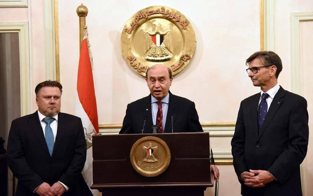 الفريق مهاب مميش مع وفد مرسيدس بمجلس الوزراء
