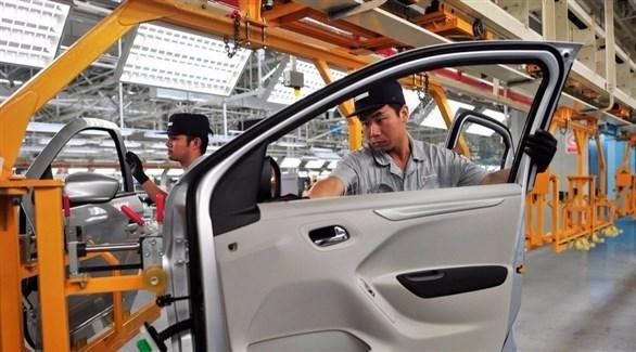 عمال في شركة سيارات صينية