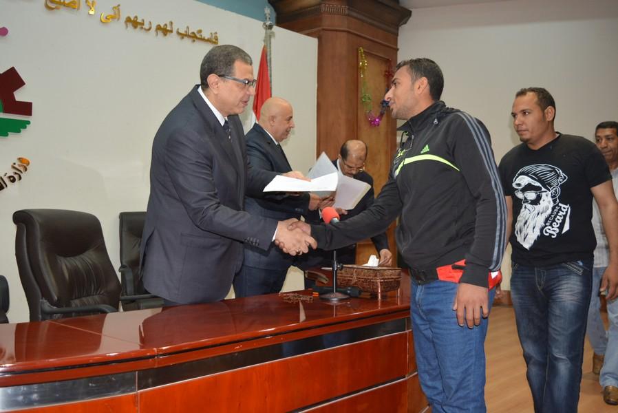 الوزير المصري خلال تسليمه عقود العمل