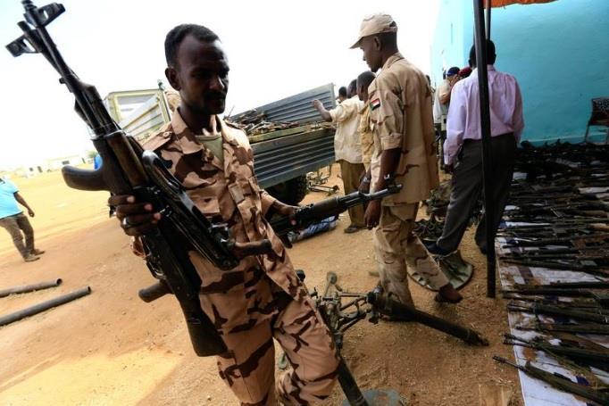 جنود يجمعون أسلحة تم نزعها في دارفور