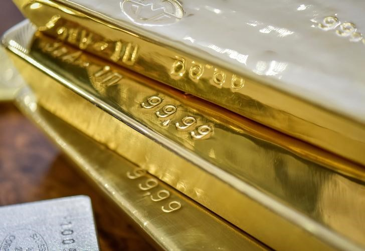 أسعار الذهب تبلغ أعلى مستوى في أسبوعين مع تراجع الدولار