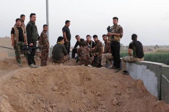 مقاتلون من قوات البشمركة الكردية في جنوب غرب كركوك بالعراق