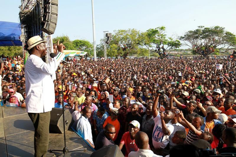 زعيم المعارضة الكينية رايلا أودينجا يتحدث إلى مؤيديه في مومباسا يوم الأحد