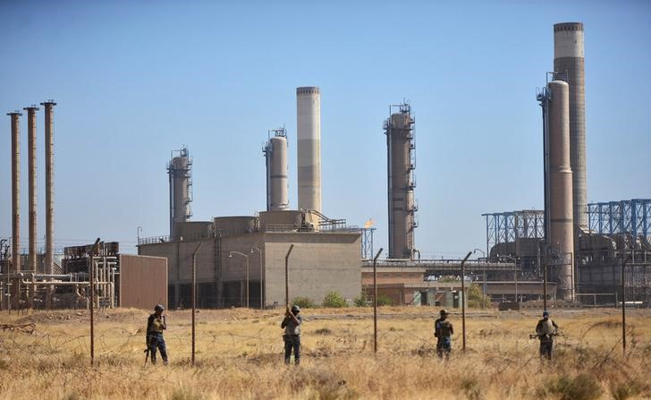 أفراد من القوات العراقية الاتحادية بالقرب من حقول النفط في كركوك