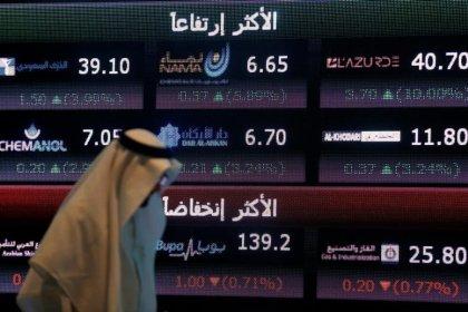 متعامل أمام شاشة في البورصة السعودية