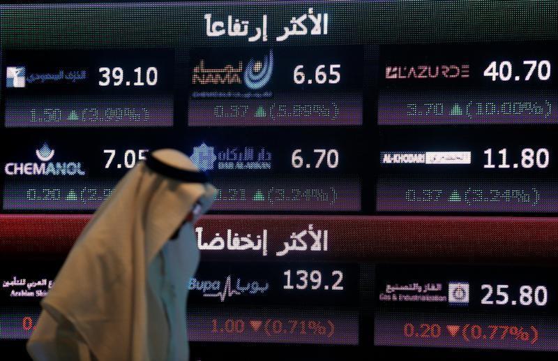 لوحة إلكترونية تعرض أسعار أسهم في البورصة السعودية بالرياض