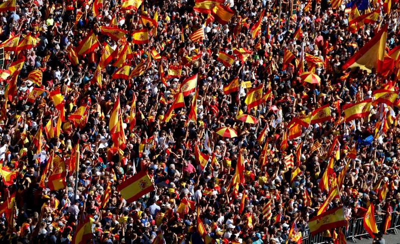 مؤيدون لوحدة إسبانيا يشاركون في مظاهرات بوسط برشلونة اليوم الأحد