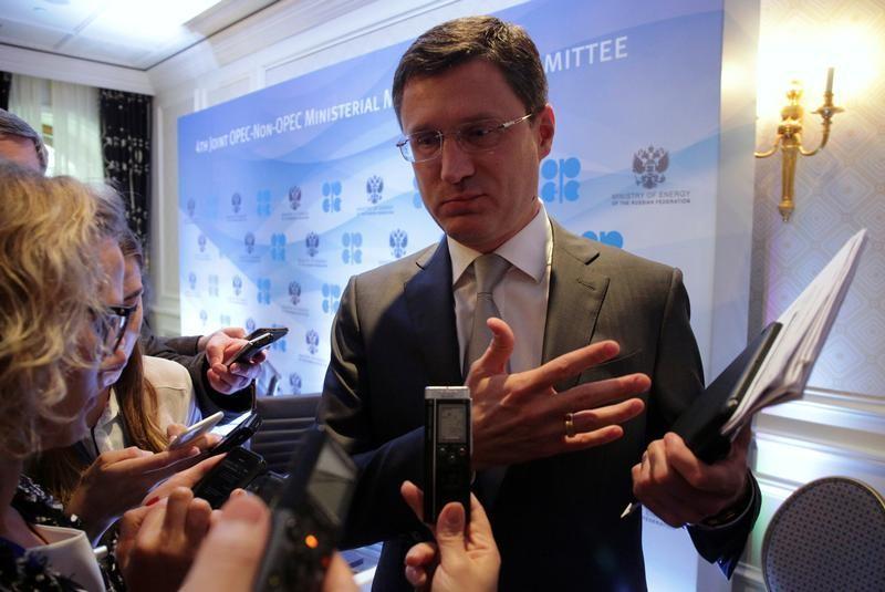 وزير الطاقة الروسي ألكسندر نوفاك يتحدث للصحفيين في مؤتمر صحفي في سان بطرسبرج