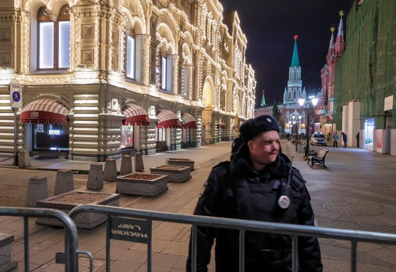شرطي يغلق شارعا بالقرب من مركز