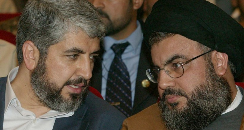 حسن نصر الله أمين عام حزب الله وخالد مشعل القيادي بحماس في لقاء سابق