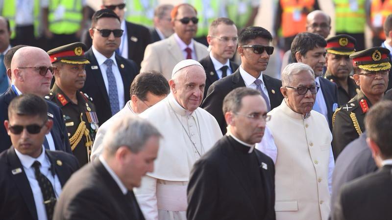 البابا فرنسيس لدى وصوله دكا