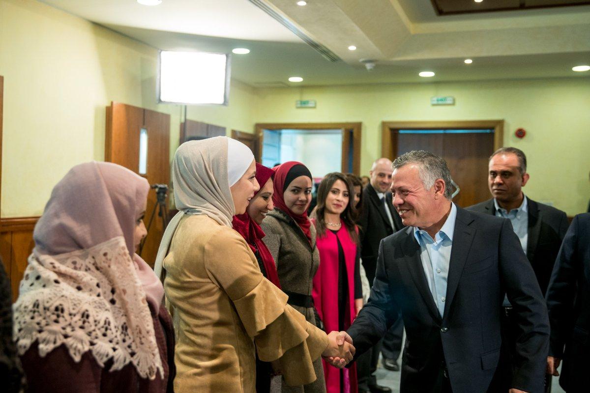 العاهل الأردتي خلال اللقاء بطلاب الجامعة الأردنية