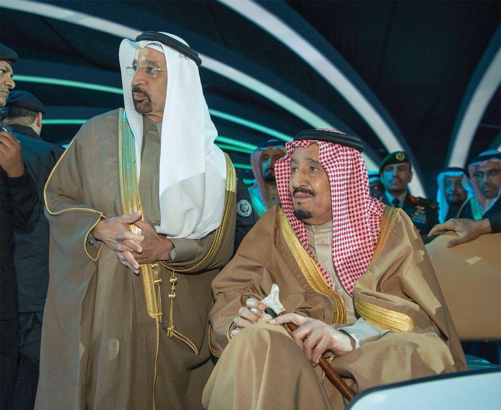 الملك سلمان خلال تدشينه لجناح منظومة الطاقة